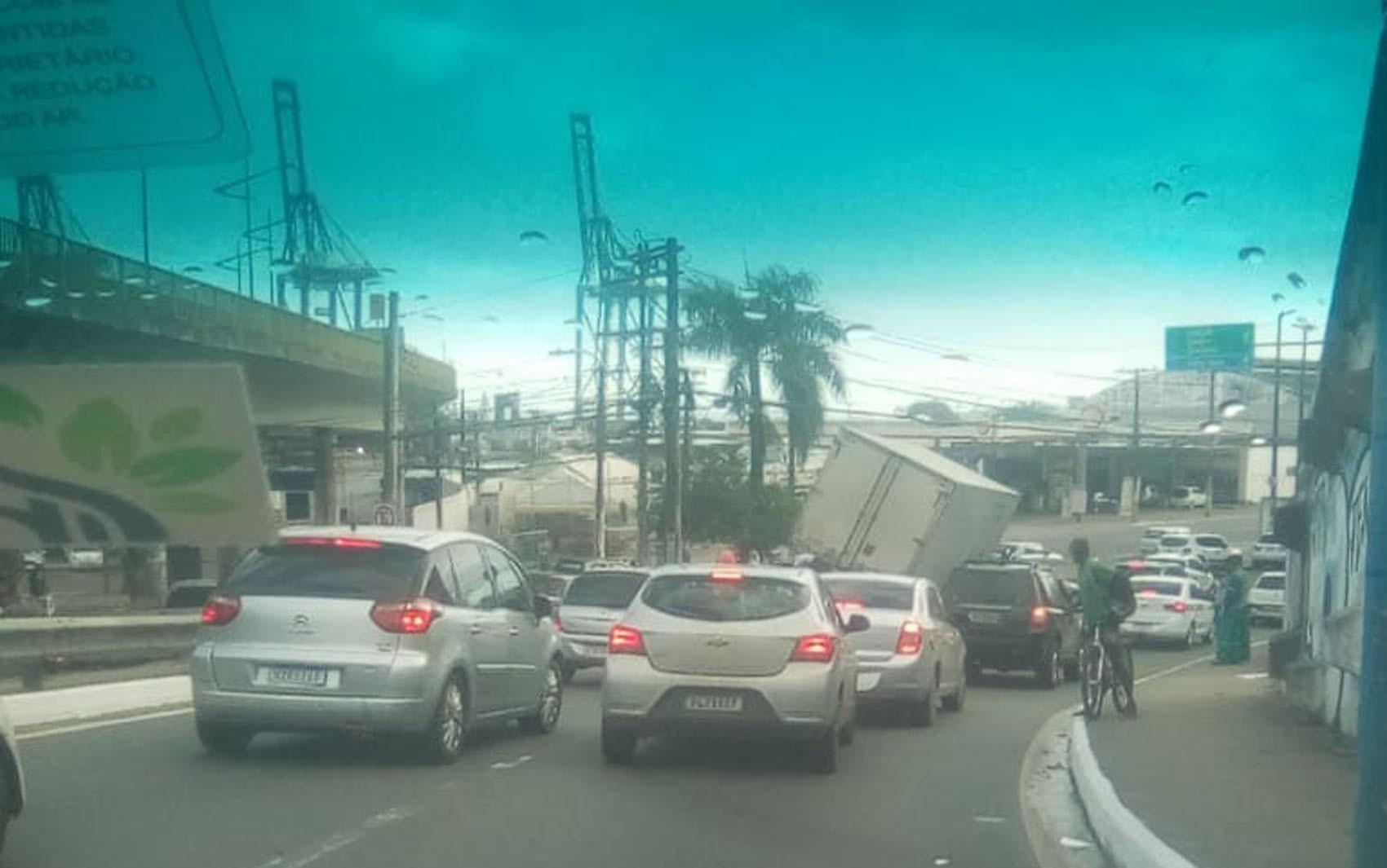 Caminhão fica inclinado em alça de viaduto após batida com carro em Água de Meninos, em Salvador