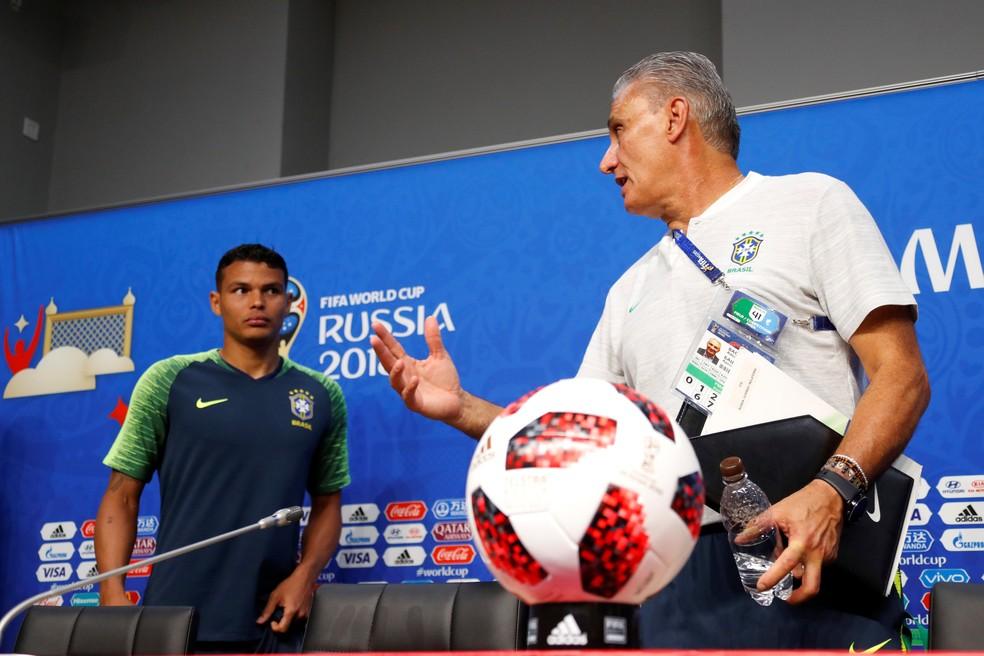 Tite ao lado de Thiago Silva, que será novamente o capitão brasileiro (Foto: David Gray/Reuters)