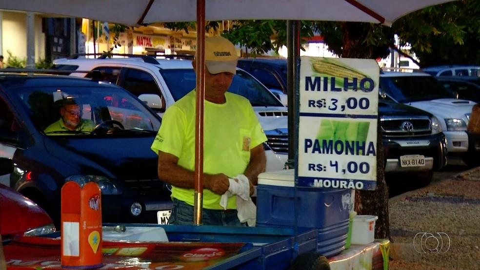 Muitos vendedores ambulantes e trabalhadores sem carteira assinada recebem menos que o mínimo (Foto: TV Anhanguera/Reprodução)