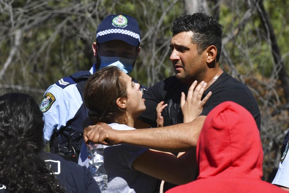 Anthony Elfalak (direita) e sua esposa se abraçam ao saber que o filho deles foi encontrado com vida na Austrália, em 6 de setembro de 2021 — Foto: Dean Lewins/P