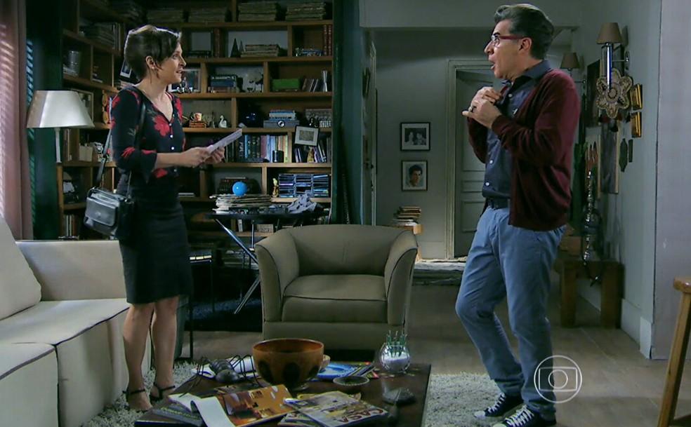Cora (Drica Moraes) entrega a Téo Pereira (Paulo Betti) o falso exame de DNA sobre José Alfredo (Alexandre Nero) e Cristina (Leandra Leal) - 'Império' — Foto: Globo