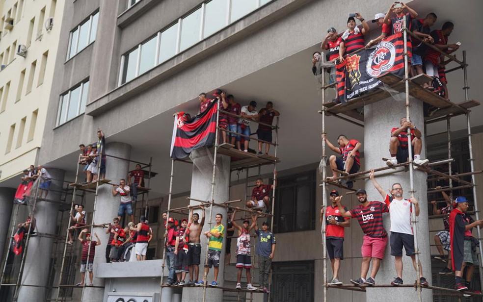 Torcedores sobem em andaime para ver passagem do time do Flamengo na Avenida Presidente Vargas neste domingo (24) — Foto: Marcos Serra Lima/G1