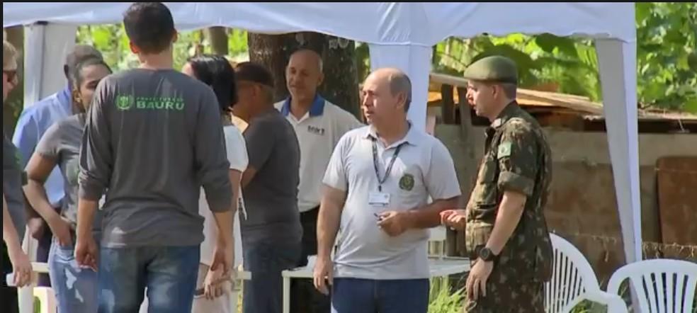 Soldados do Exército ajudam no combate aos criadouros da dengue em Bauru — Foto: TV TEM/Reprodução