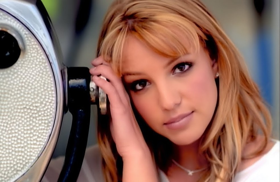 Britney Spears no clipe de 'Sometimes', música lançada em abril de 1999 — Foto: Divulgação