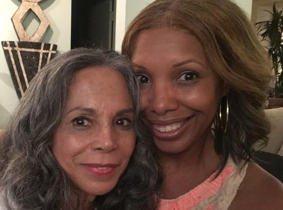 Mulher reencontra a mãe após 50 anos e descobre que ela atuou em seu programa de TV favorito