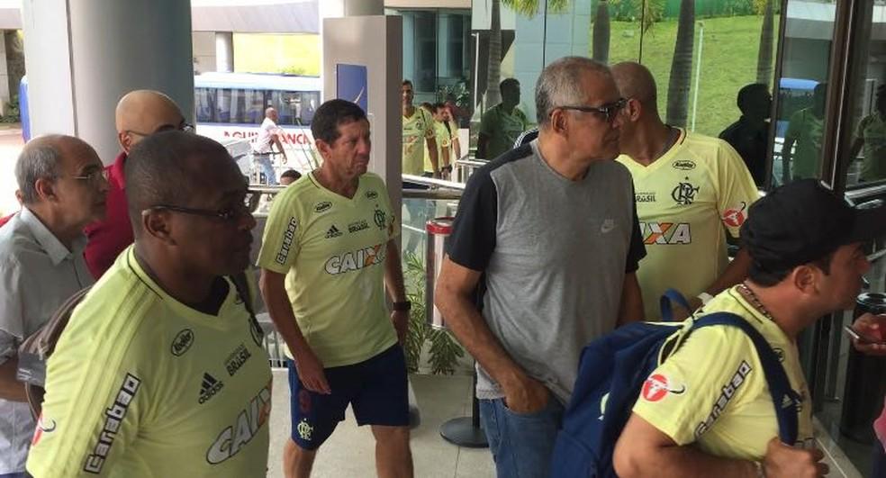 Caicedo circulou junto ao restante da comissão técnica, mas sem uniforme (Foto: Reprodução)