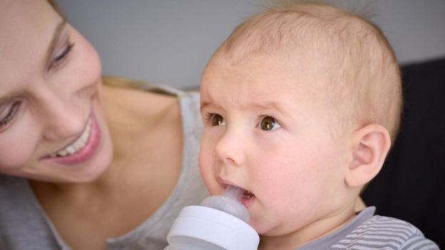 Os itens mais comuns de serem roubados em loja são uma mistura de produtos de luxo com itens diários - no top 10 estão giletes e leite artificial (Foto: Getty Images via BBC)