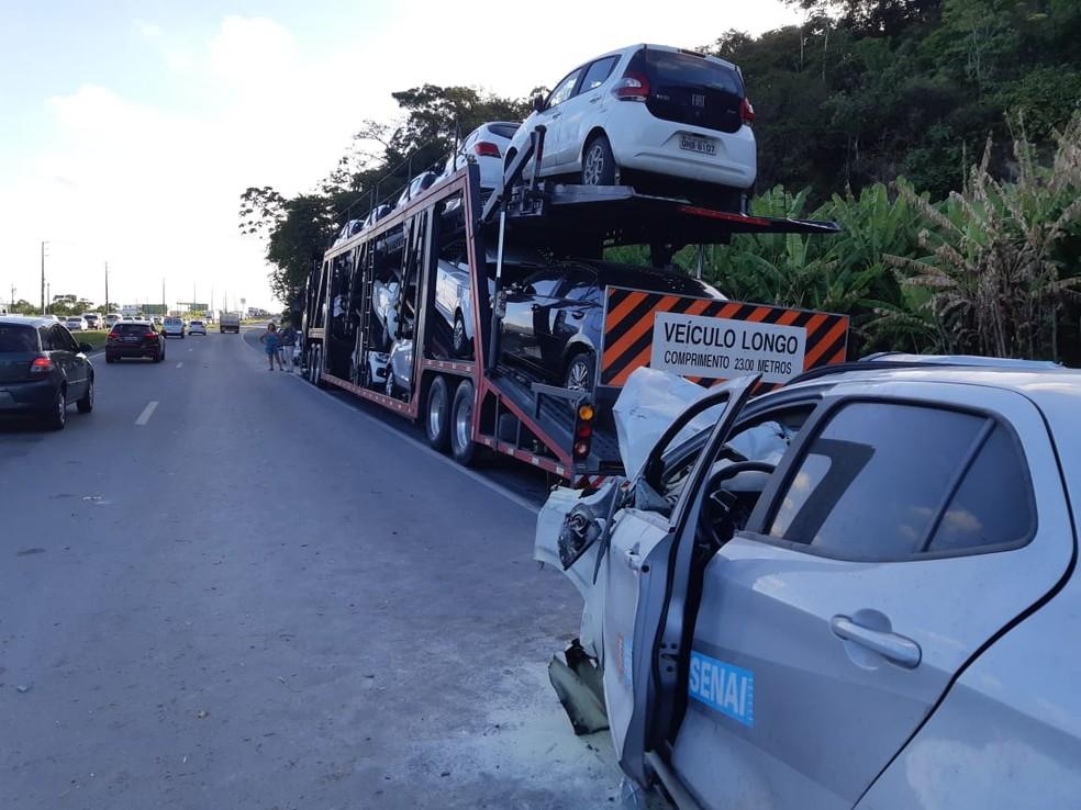 Mulher bateu carro em caminhão-cegonha e morreu, em Jaboatão — Foto: PRF/Divulgação