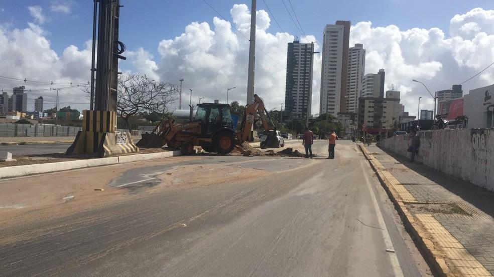 Cano rompeu e provocou a interdição da Avenida Prudente de Morais (Foto: STTU/Divulgação)