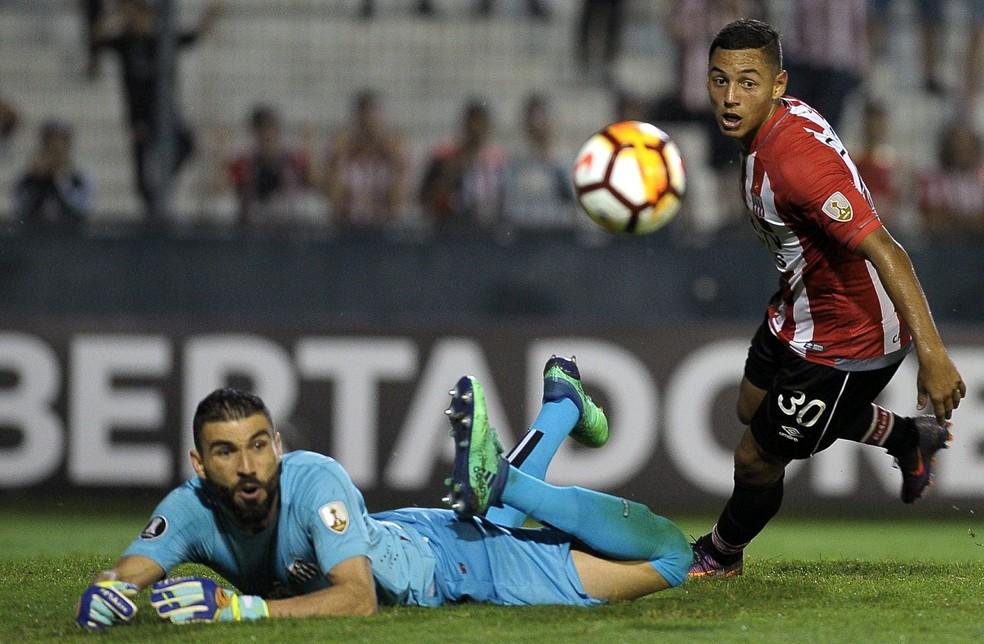 Vanderlei pegou tudo e mais um pouco contra o Estudiantes (Foto: Javier Gonzalez Toledo/AFP)