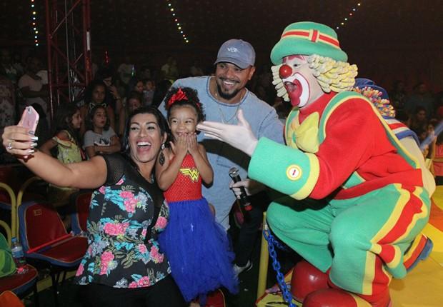 Ellen Cardoso, Maria Victória e Naldo posam com o palhaço Patatá (Foto: AgNews)