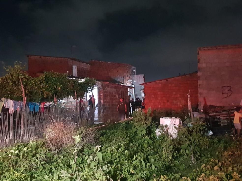 Homem de 28 anos chegou a correr para dentro da casa onde morava, mas foi alcançado pelos suspeitos e morto. — Foto: Rafaela Duarte/ SVM