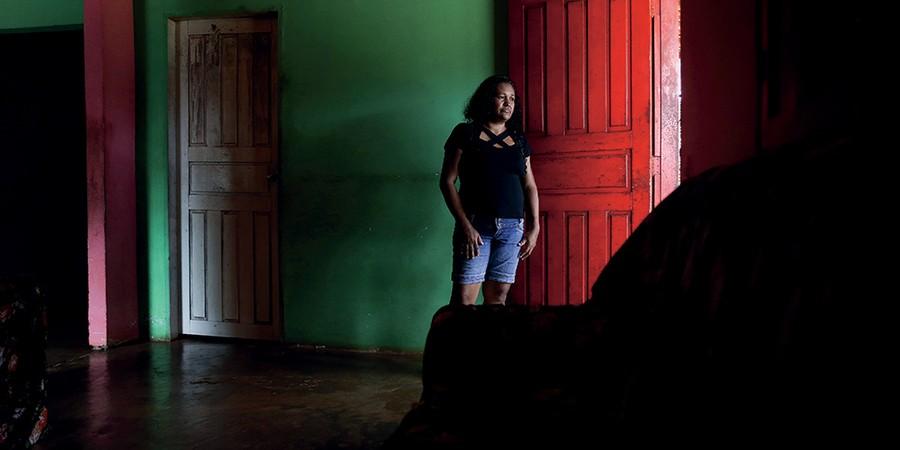 Kellen Silva na casa da irmã, em Vitória do Xingu, Pará. Sua filha e seu neto desapareceram sem deixar rastros (Foto: Adriano Machado/Época)