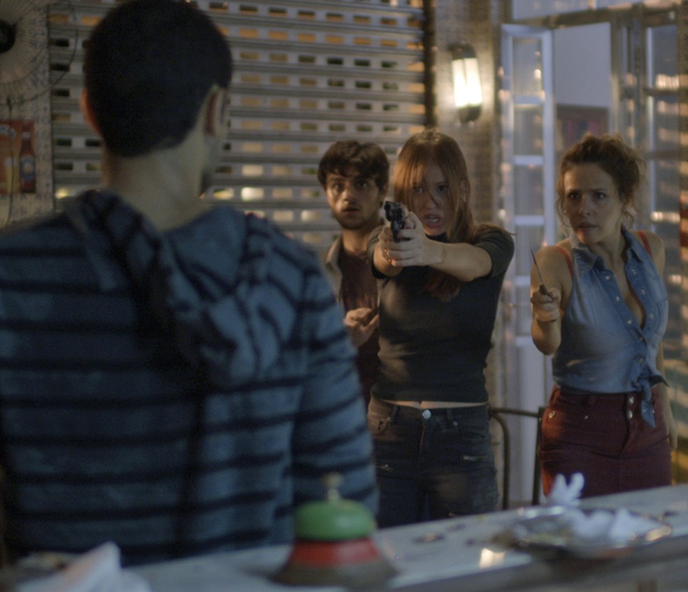 Eliza (Marina Ruy Barbosa) aponta arma para Jacaré (Sérgio Malheiros) — Foto: TV Globo