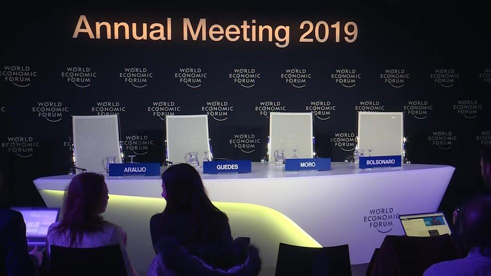 Mesa da entrevista coletiva cancelada em Davos; Bolsonaro e os ministros Paulo Guedes, Sérgio Moro e Ernesto Araújo voltaram atrás sobre conversar com a imprensa — Foto: Reprodução/GloboNews