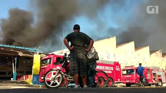 Incêndio de grandes proporções atinge galpão na Zona Portuária do Rio