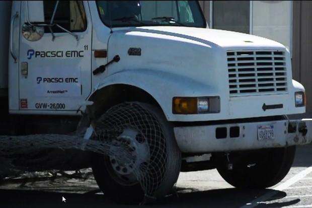 A ArrestNet consegue até mesmo parar um caminhão (Foto: Reprodução/Youtube)