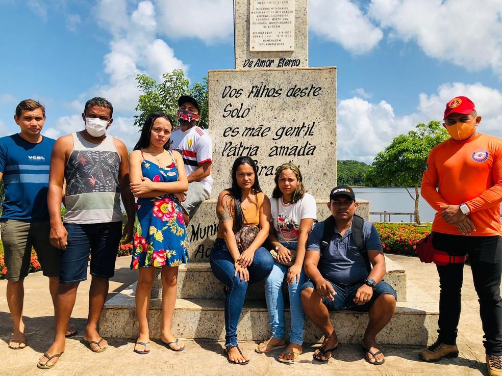 Parentes de desaparecidos do naufrágio em Oiapoque — Foto: Divulgação