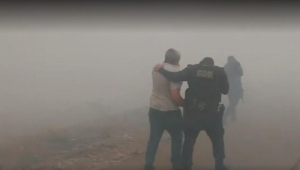 Policiais resgatam ocupantes de ambulância presos no meio de queimada — Foto: Reprodução/TV Anhanguera