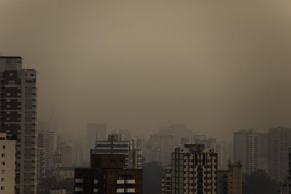 Céu amanheceu alaranjado neste sábado (19) na cidade de SP devido a concentração de poluentes de queimadas — Foto: Bruno Rocha/Estadão Conteúdo
