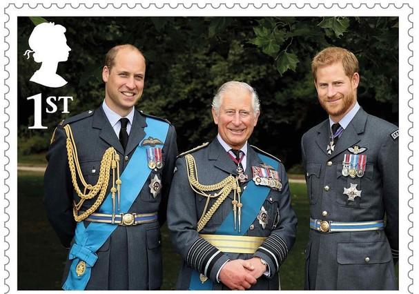 Príncipe Charles entre os filhos William e Harry (Foto: divulgação)
