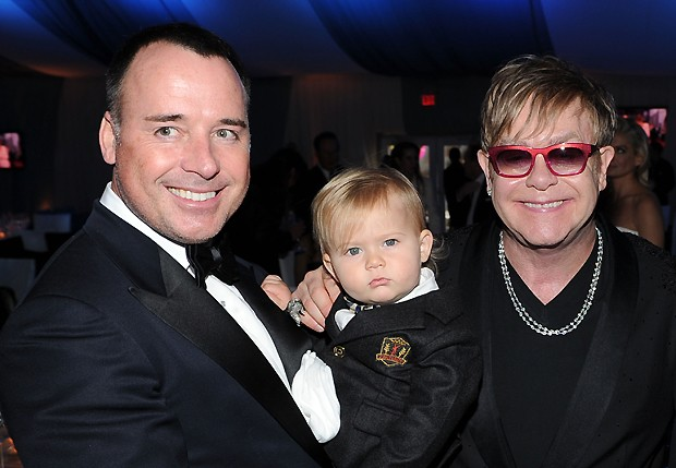 David Furnish com Zachary e Elton John (Foto: Getty Images)