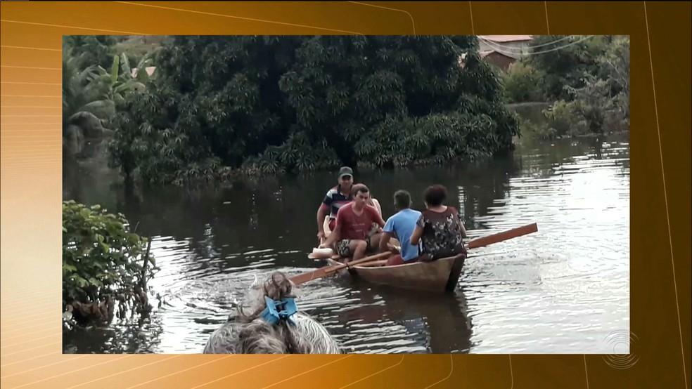 Os alunos precisaram utilizar canoas para ir até as escolas, no município de Aguiar, no Sertão paraibano (Foto: Reprodução / Tv Paraíba)