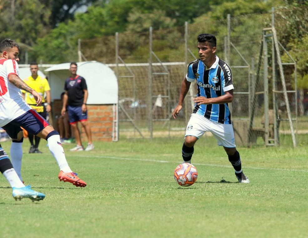 Matheus Nunes é lateral-esquerdo e deve ser observado no profissional  — Foto: Rodrigo Fatturi/DVG/Grêmio
