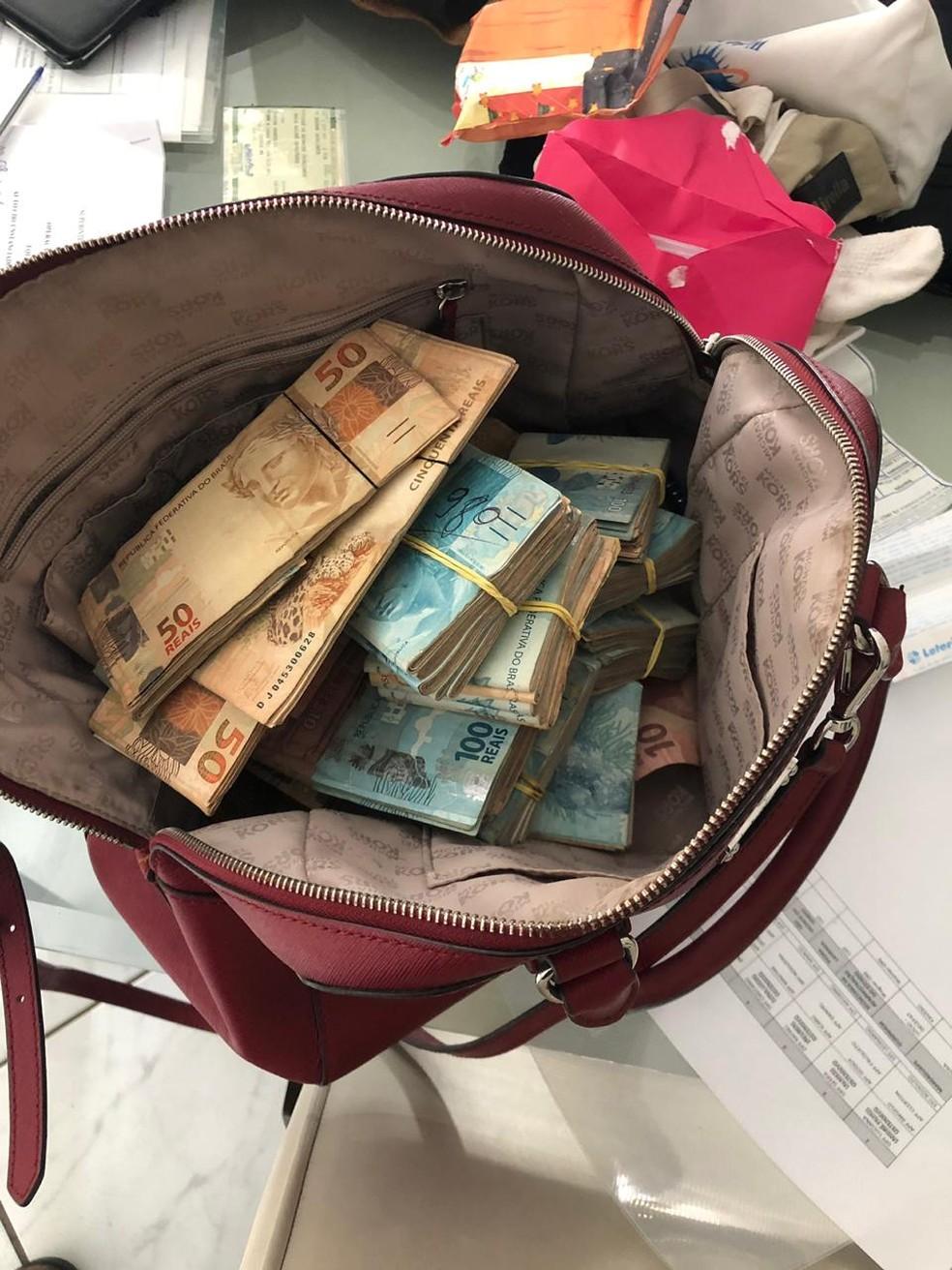 Uma quantia em dinheiro foi apreendida pela Polícia Federal durante o cumprimento de mandados de busca e apreensão na 5ª fase da Operação Xeque-Mate — Foto: PF-PB/Divulgação