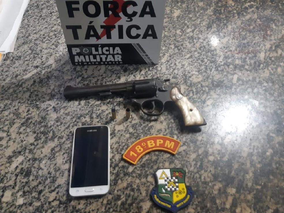 Arma apreendida com o marido — Foto: Polícia Militar de Mato Grosso/Assessoria