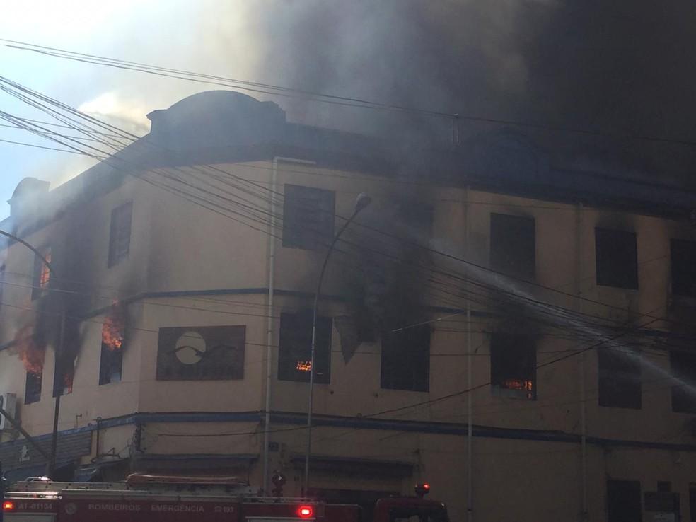 Incêndio em fábrica de tecidos — Foto: Abraão Cruz/TV Globo
