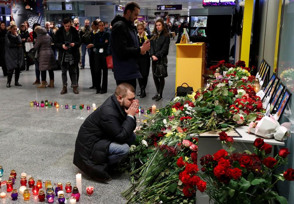 Parentes dos membros da tripulação choram em memorial montado no aeroporto de Kiev, na Ucrânia, nesta quarta-feira (8). — Foto: Valentyn Ogirenko/Reuters