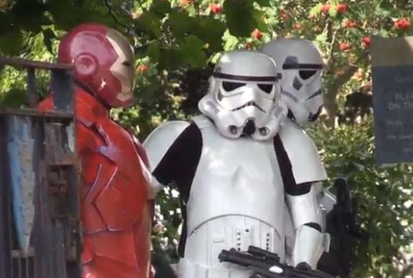 Soldados Stormtroopers e super-heróis participaram do funeral do menino briânico Stanley Metcalf (Foto: Reprodução)