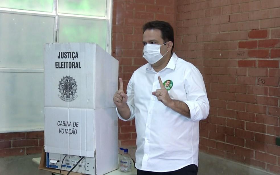 Roberto Naves durante votação em escola de Anápolis — Foto: Divino Costa/TV Anhanguera