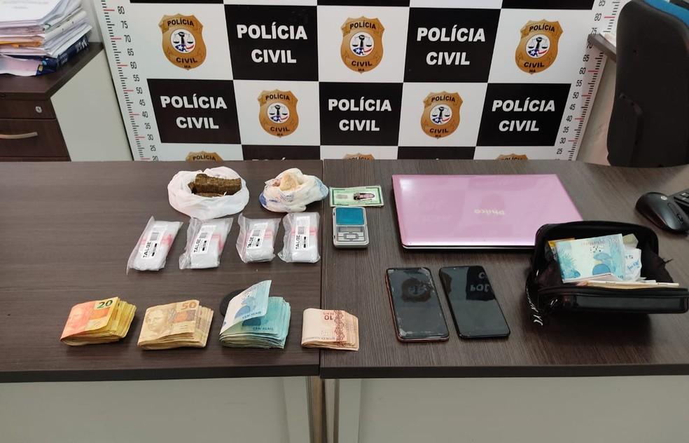 Na residência de um dos suspeitos a polícia encontrou crack, maconha e R$8 mil. — Foto: Divulgação/Polícia Civil do Maranhão