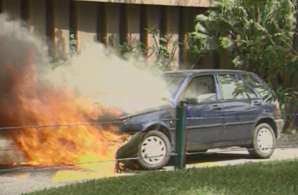 Fiat Tipo pegando fogo em 1996 — Foto: Reprodução/TV Globo