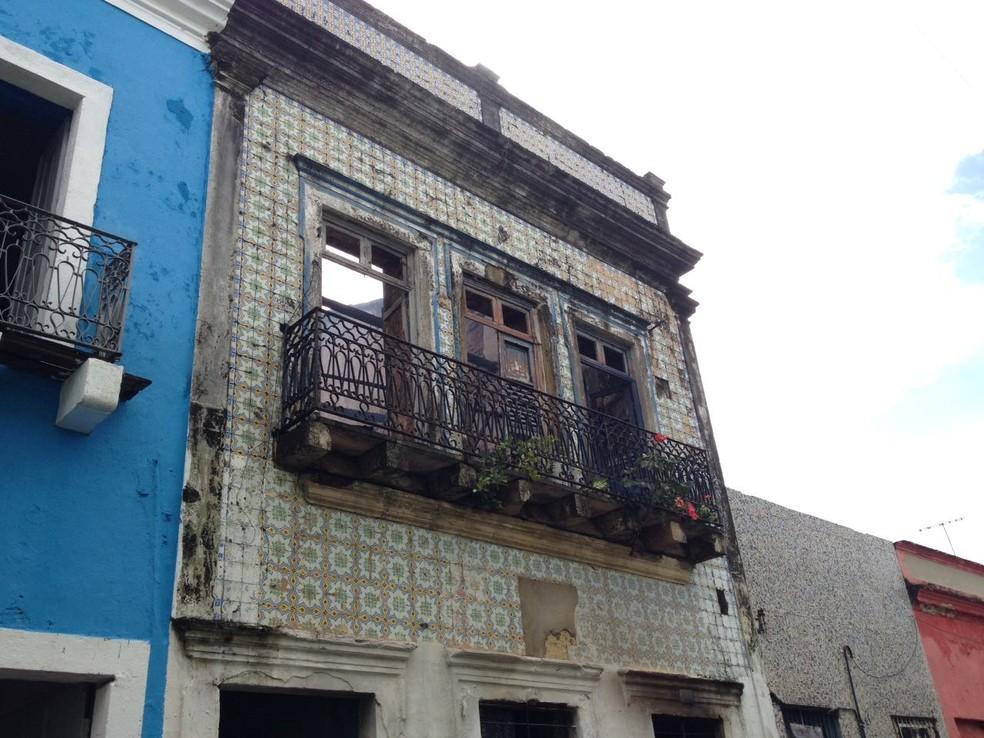 Defesa Civil do Recife interditou a pensão e dois imóveis vizinhos após o incêndio (Foto: Ana Regina/TV Globo)