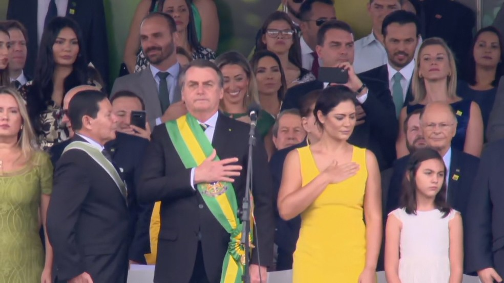 O presidente Jair Bolsonaro durante o desfile de 7 de setembro, em Brasília, ao lado do vice-presidente, Hamilton Mourão, e da primeira-dama, Michele Bolsonaro — Foto: TV Globo/Reprodução