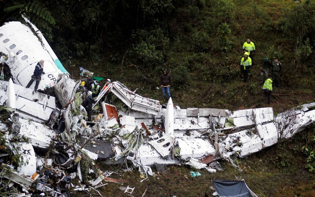 71 pessoas morreram após avião da LaMia cair perto de Medellín, na Colômbia (Foto: Fredy Builes/Reuters)