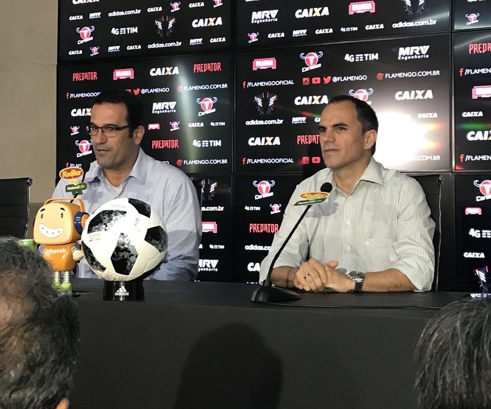 Lomba e Caetano conversam com a imprensa na reapresentação do Fla (Foto: Cahê Mota/GloboEsporte.com)