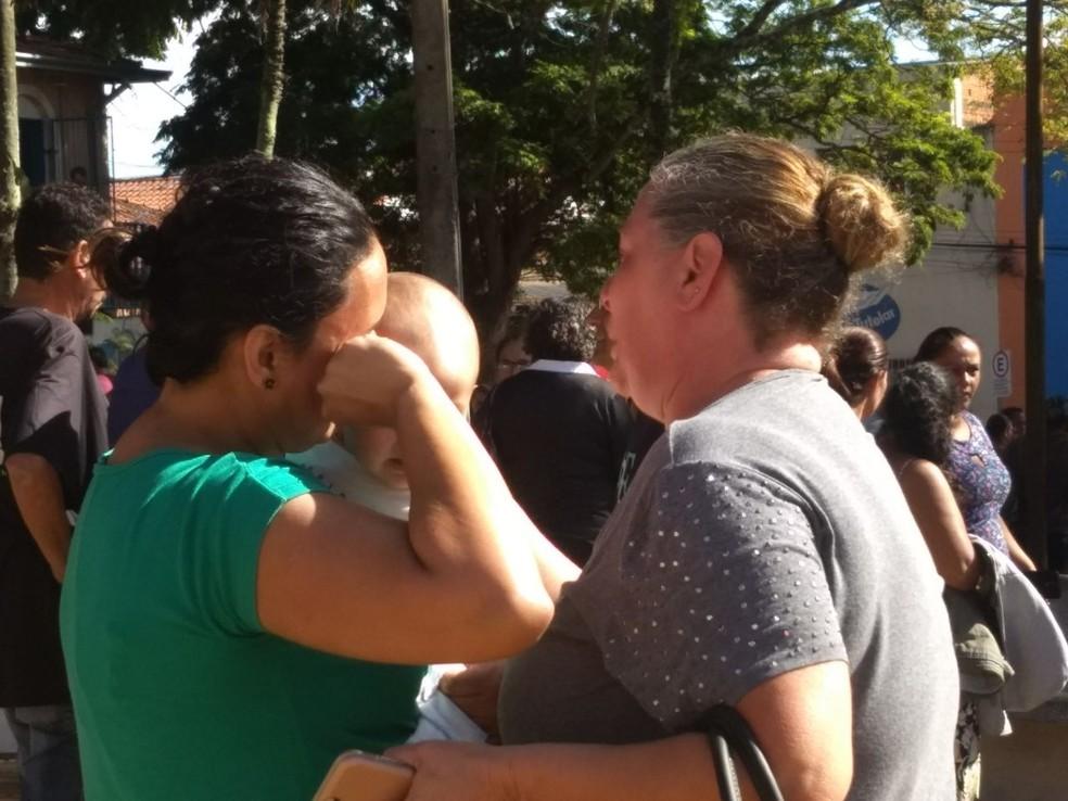 Mães e pais foram até à escola em busca de informações  (Foto: Julia Martins / G1 )