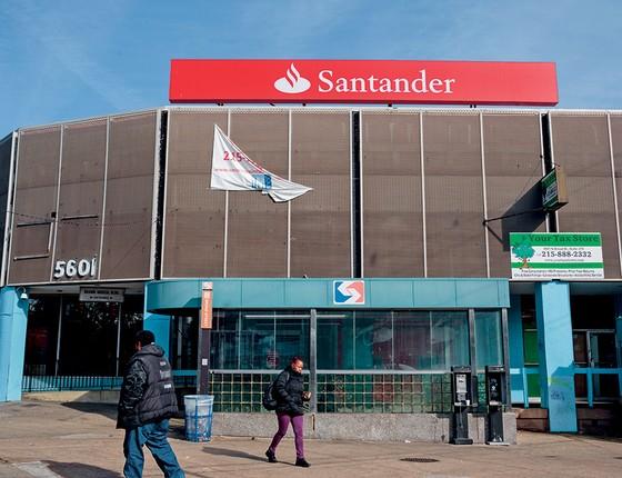 NÃO, DESCULPE  Fachada do banco Santander, em Filadélfia. Após meses, o banco negou empréstimo a Rachelle Faroul, negra, por uma conta de luz não paga (Foto: Sarah Blesener Para Reveal From The Center For Investigative Reporting)