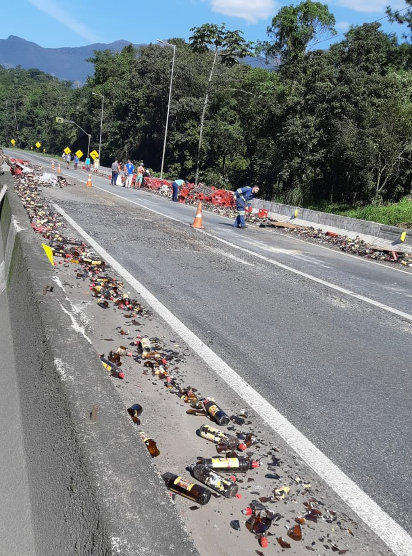 A pista foi interditada para que os cacos de vidro fossem retirados do asfalto, em Guaratuba — Foto: Divulgação/PRF
