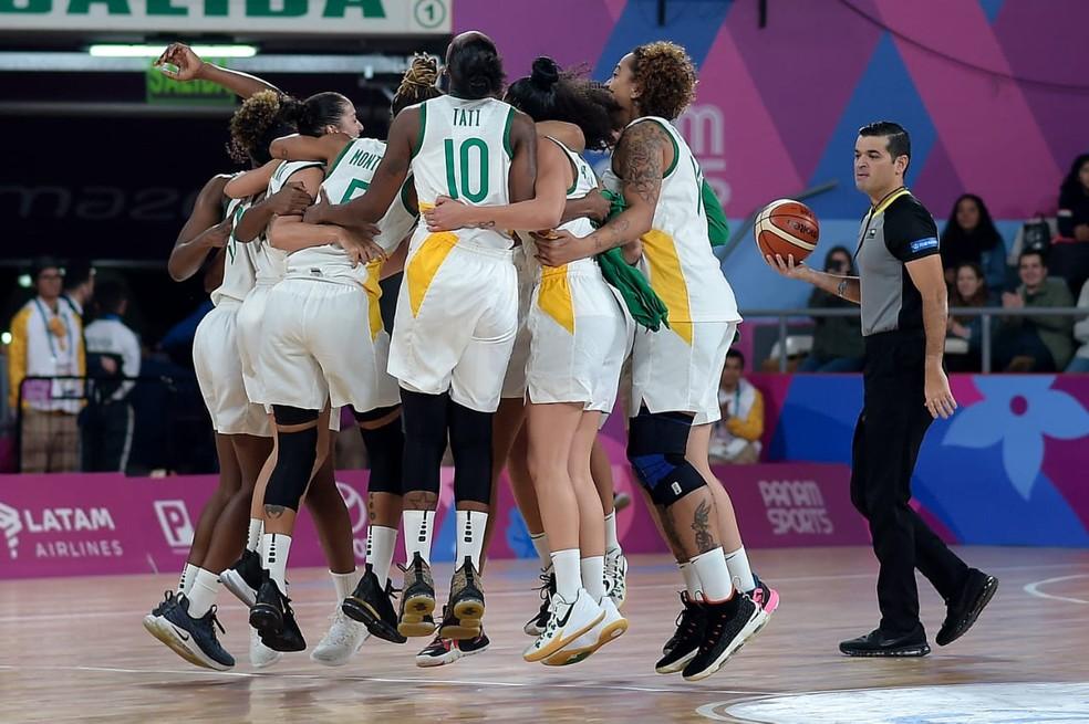 Brasil conquista o ouro no basquete feminino — Foto: Alexandre Loureiro/COB