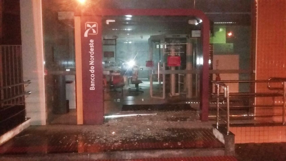 Vidraças da agência foram estilhaçadas pelos criminosos (Foto: Divulgação/PM)