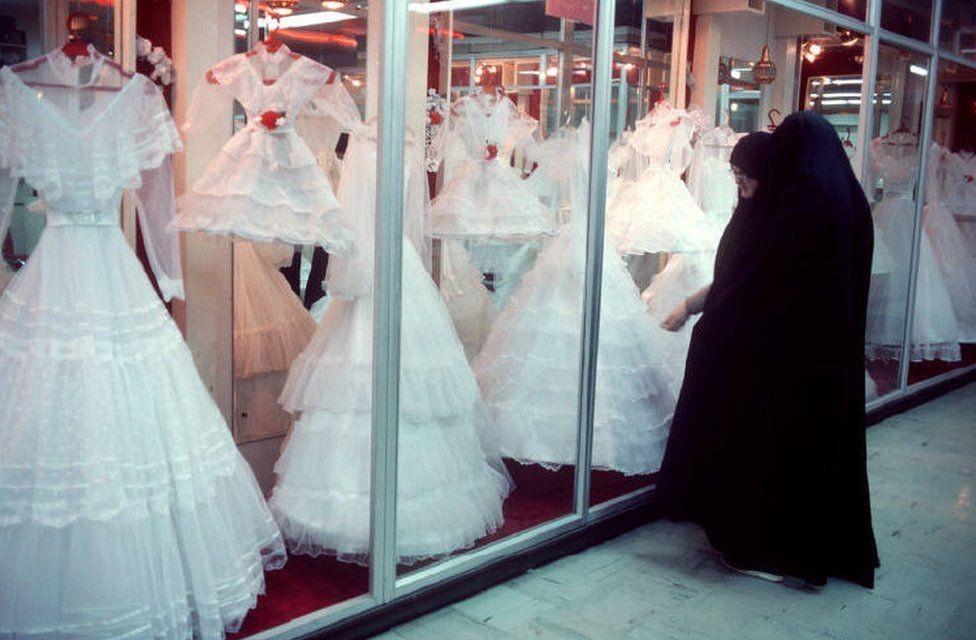 Vestido de casamento em shopping de Teerã em 1986 (Foto: JEAN GAUMY / MAGNUM PHOTOS via BBC)