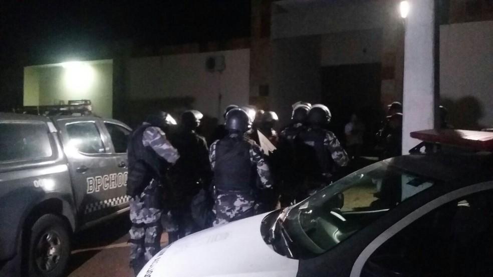 Com a chegada do Batalhão do Choque, a negociação foi feita e os reféns liberados. (Foto: Sérgio Henrique Santos/Inter TV Cabugi)