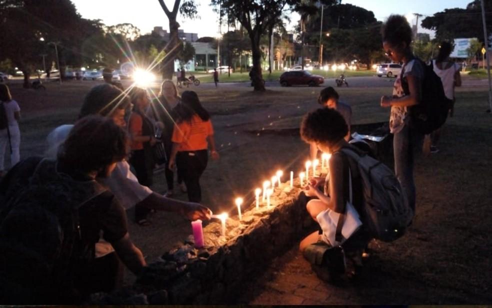 Grupo realiza vigília em homenagem à vereadora morta a tiros (Foto: Lúcio Marcos/TV Anhanguera)