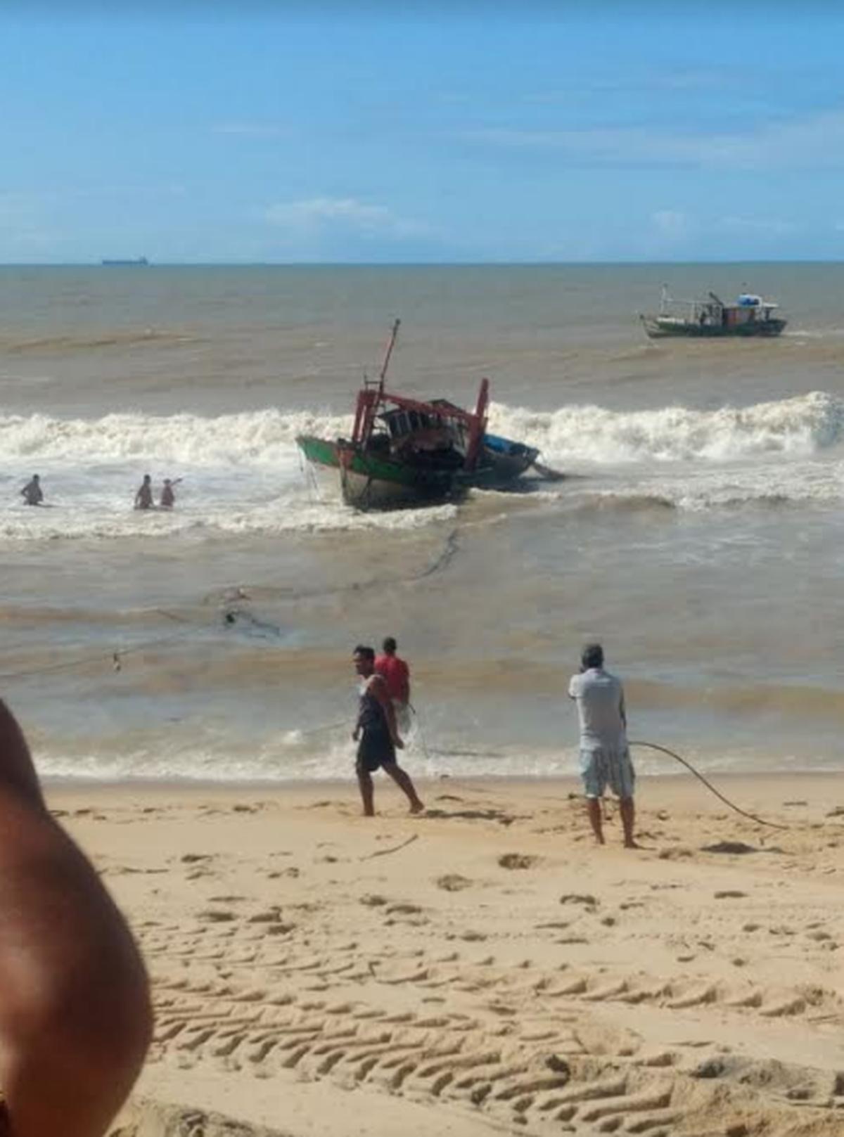 Barco vira após bater em banco de areia na praia de Barra do Furado, em Quissamã, no RJ