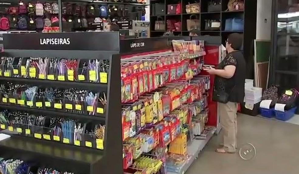 Mulher pesquisa preços antes de comprar material escolar — Foto: Reprodução/TV TEM